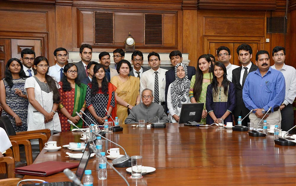President, Pranab Mukherjee with the members of the second batch of NITs scholars attending In-Residence programme at Rashtrapati Bhavan in New Delhi.