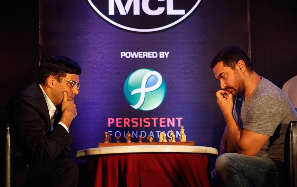 Film actor Aamir Khan and Vishwanathan Anand playing chess at the inauguration of third edition of Maharashtra Chess League in Mumbai. DNA