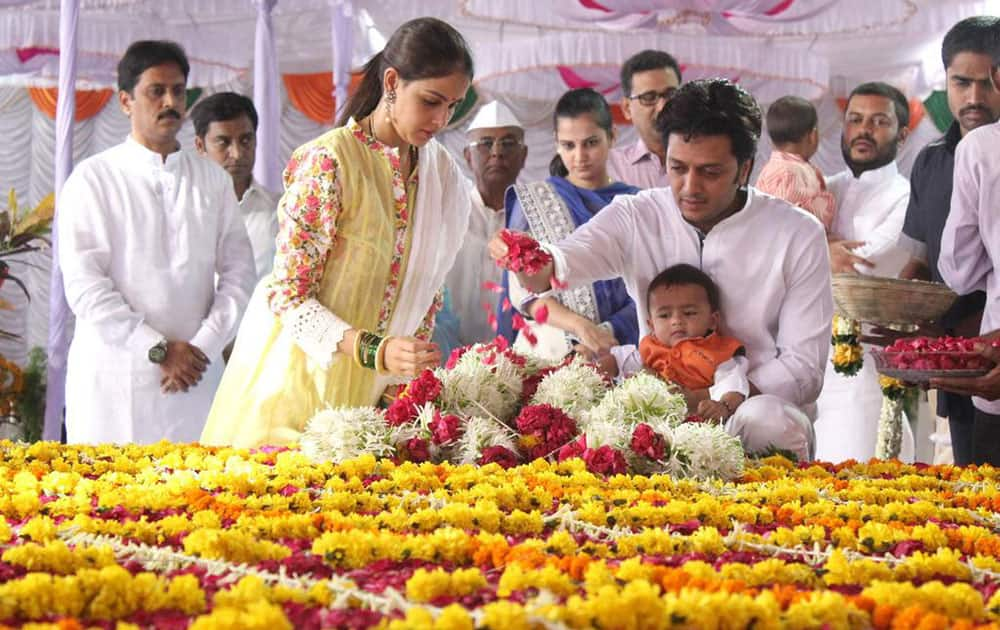 Riteish Deshmukh ‏:- Riaan paying his respects to his grandfather #VilasraoDeshmukh #70thBirthAnniversary  -twitter