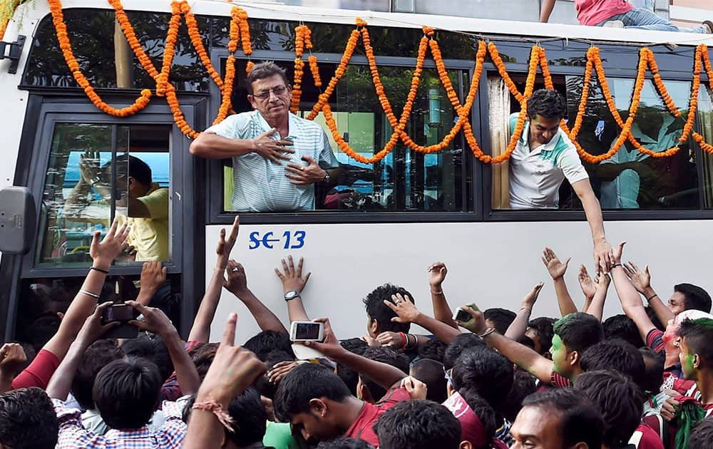 Kolkata: Mohun Bagan team is given a grand welcome upon its arrival in Kolkata on Monday after winning I-League title.
