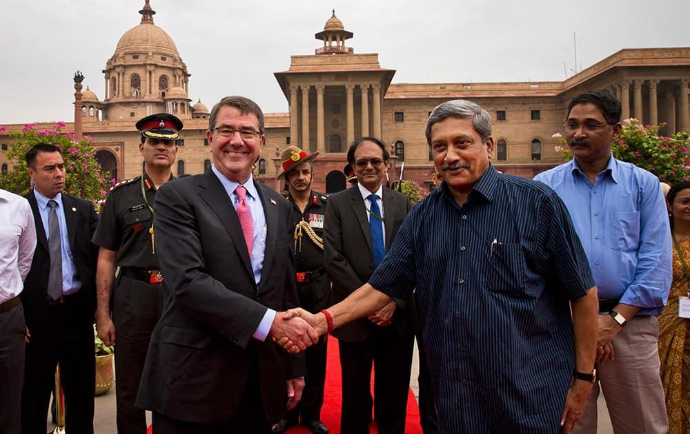 US Defense Secretary Ashton Carter, shakes hand with Defense Minister Manohar Parikkar in New Delhi.