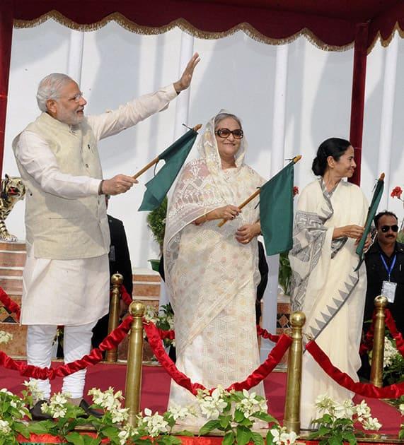 Prime Minister Narendra Modi, his Bangladeshi counterpart Sheikh Hasina and West Bengal Chief Minister Mamata Banerjee flagging off the Kolkata-Dhaka-Agartala bus service, in Dhaka.