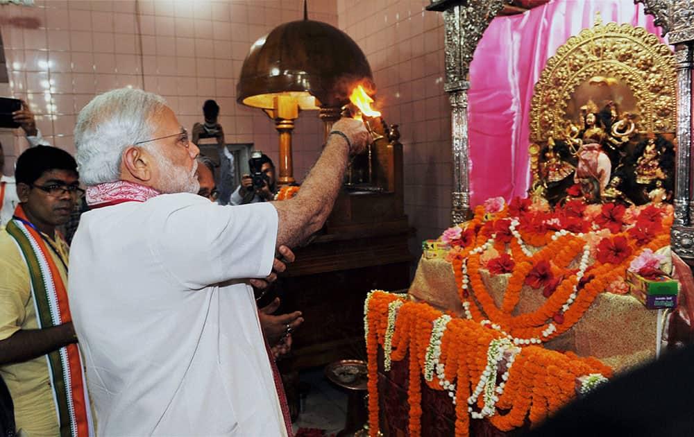 Prime Minister Narendra Modi offers prayers at Sree Sree Dhakeshwari National Temple in Dhaka, Bangladesh.