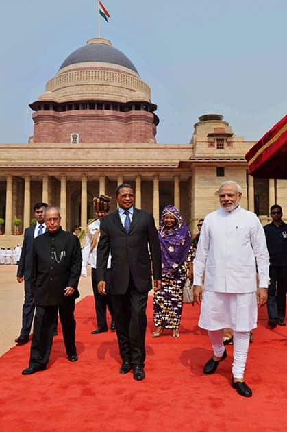 President Pranab Mukherjee and PM Narendra Modi with Jakaya Kikwete, President of the United Republic of Tanzania during his ceremonial reception at Rashtrapati Bhavan.