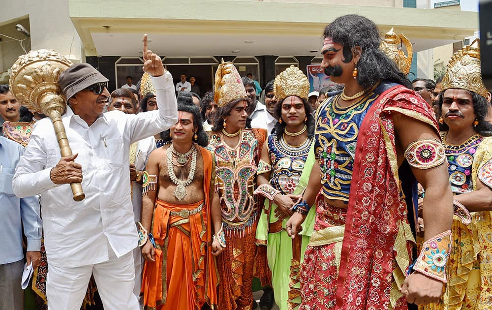 Gubbi Veerana theatre and drama artists stage a protest demonstration to save the theatre, in Bengaluru.