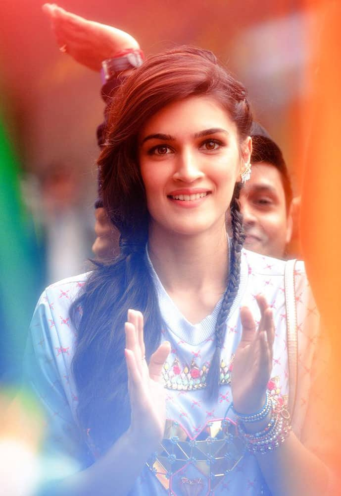 Kriti Sanon :- Another still from #Chalwahanjaatehain .. Just for you guys!! -twitter