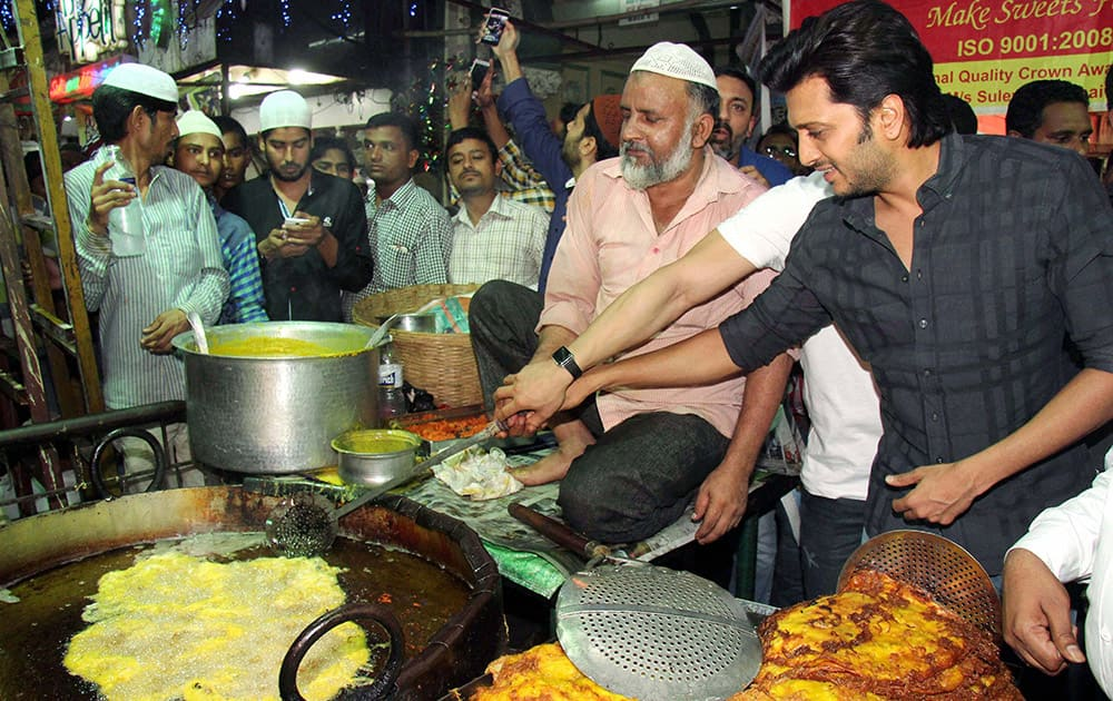 Riteish Deshmukh cooking an Iftar meal during the promotion of their film Bangistan in Mumbai.