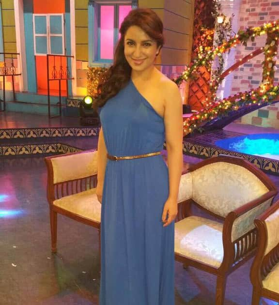 @tiscatime in an Asos maxi  and Zara sandals at Chala Havva Yeudya show. Twitter@tiscatime