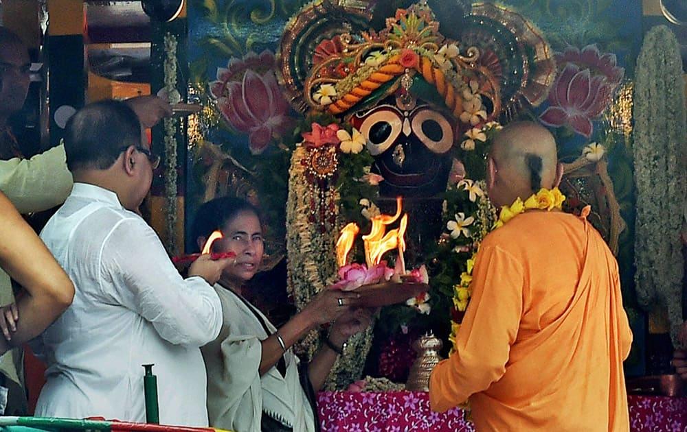 West Bengal Chief Minister Mamata Banerjee offering prayer to Lord Jagannath during ISKCON Rathyatra in Kolkata.