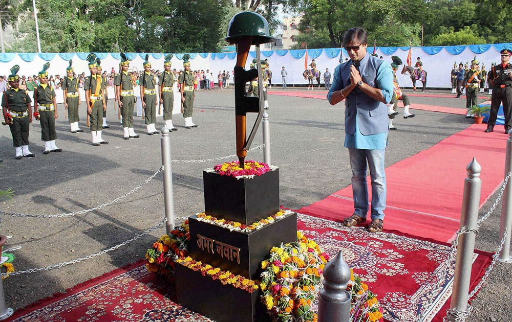 Bollywood actor Vivek Oberoi paying floral tribute at Amar Jawan on the occasion of Kargil Vijay Diwas in Nagpur.