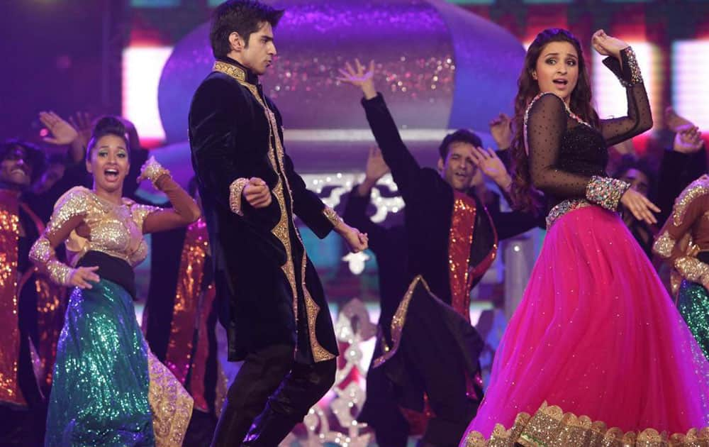 ZEE TV ‏:- HERE COMES @PARINEETICHOPRA PRESENTING THE NOMINEES FOR BEST FILM IN HER OWN SPECIAL WAY! #AIBA2015 -TWITTER