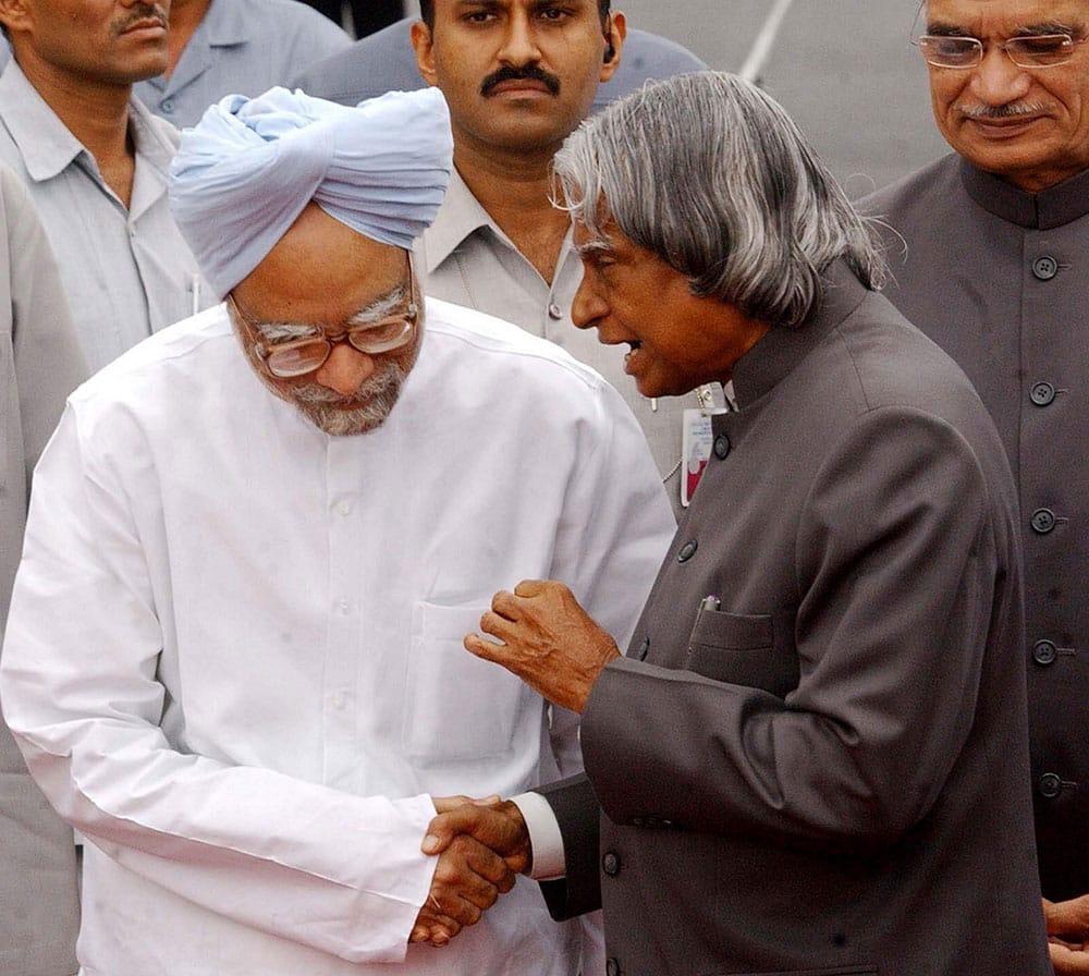 File photo of former president APJ Abdul Kalam with former Prime Minister Manmohan Singh in New Delhi in Sep 2004.