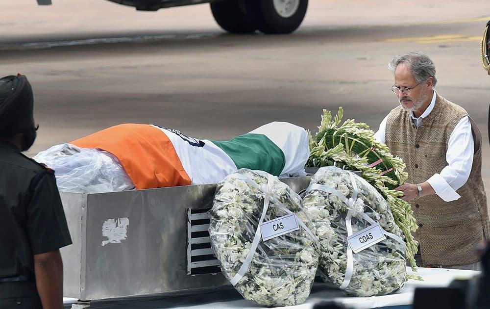 Delhi Lt Governor Najeeb Jung paying his last respect to former President APJ Abdul Kalam at AFS Palam in New Delhi.