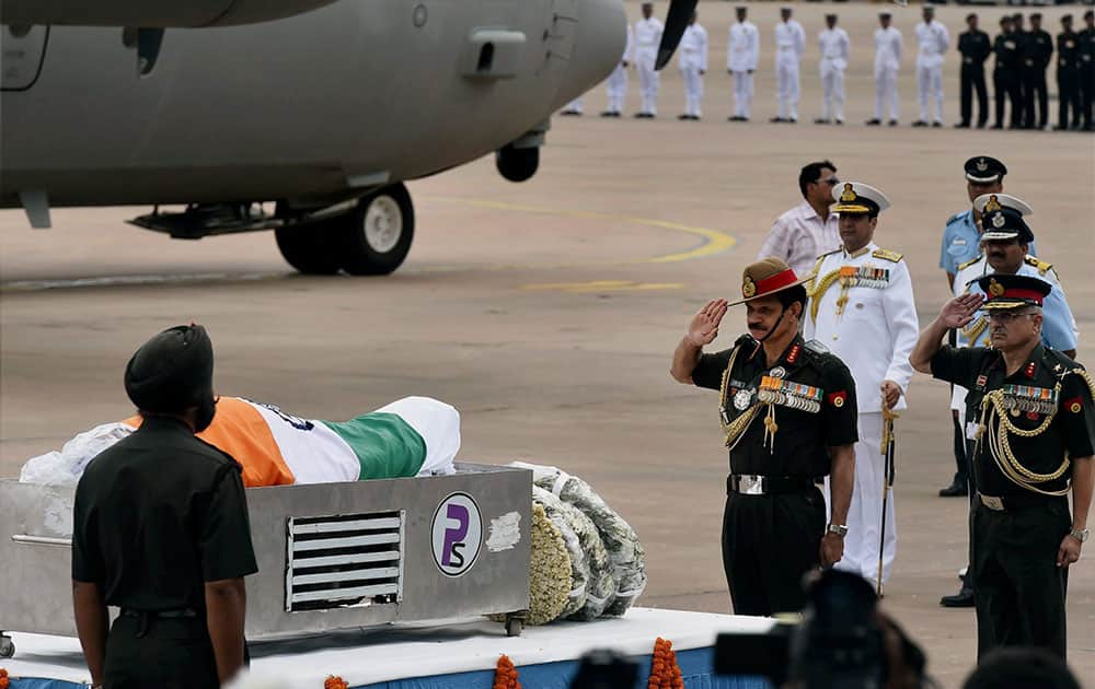 Army Chief Gen Dalbir Singh Suhag paying his last respect to former President APJ Abdul Kalam at Air Force Station Palam in New Delhi.