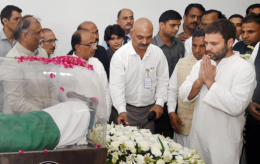 Congress Vice President Rahul Gandhi paying his respects to former President APJ Abdul Kalam at his residence at Rajaji Marg in New Delhi.