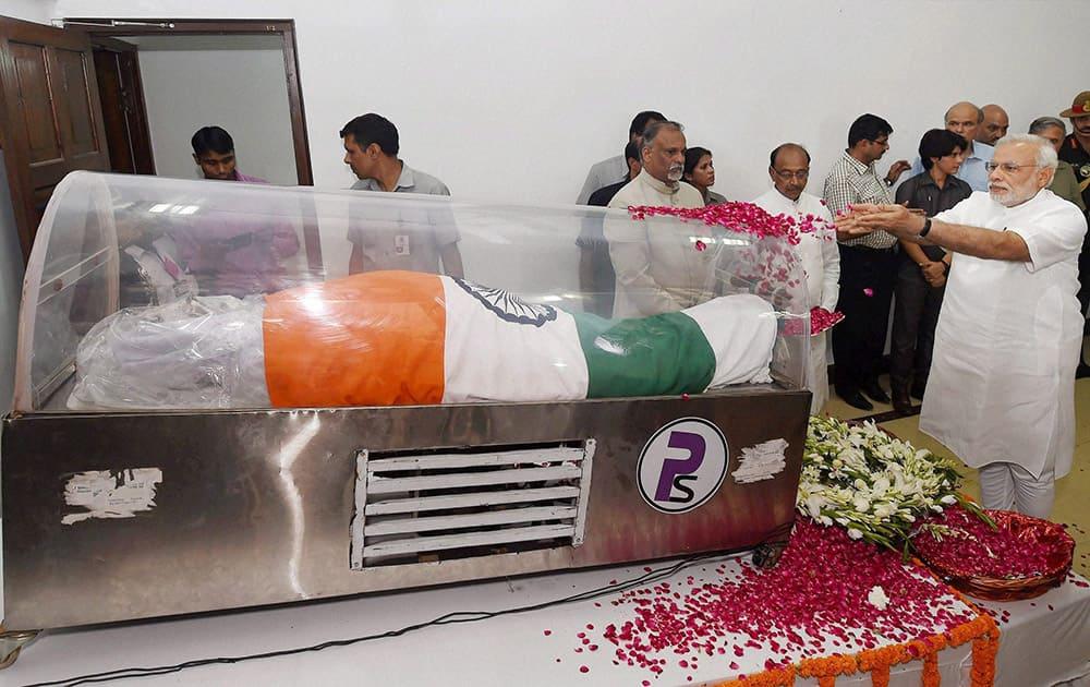 Prime Minister Narendra Modi paying his last respects to former President APJ Abdul Kalam at his residence at Rajaji Marg in New Delhi.