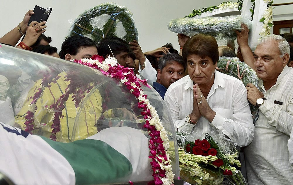 Congress leader Raj Babbar and former Haryana Chief Minister Bhupinder Singh Hooda pay their respects to former President APJ Abdul Kalam at his residence at Rajaji Marg in New Delhi.
