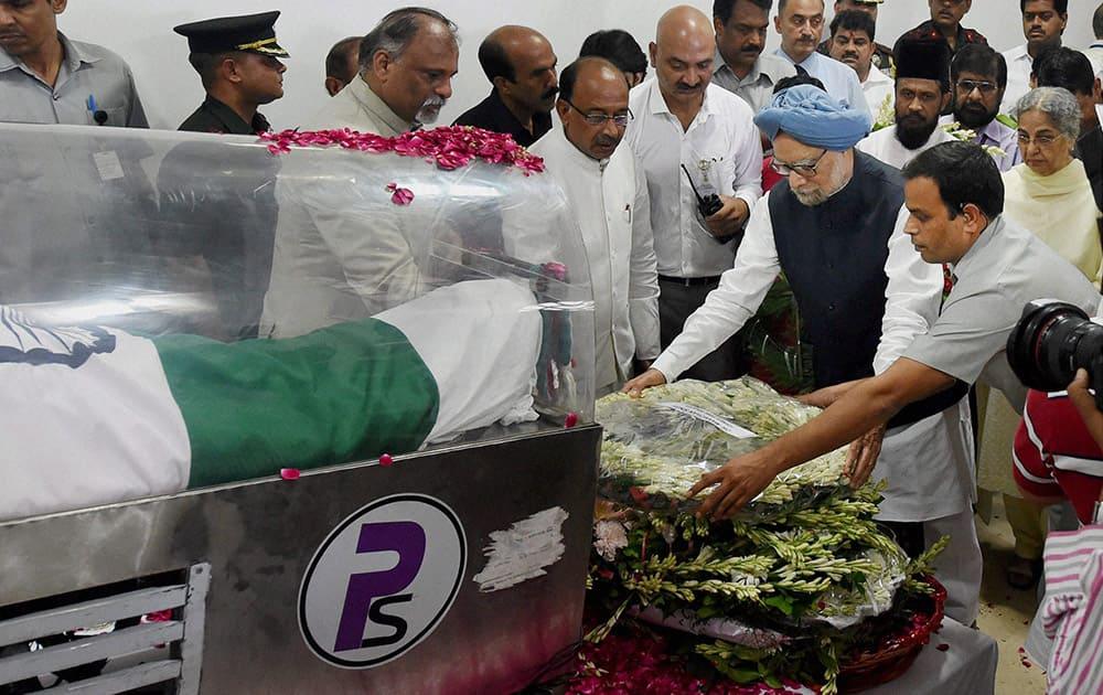 Former Prime Minister Manmohan Singh paying respects to former President APJ Abdul Kalam at his residence at Rajaji Marg in New Delhi.