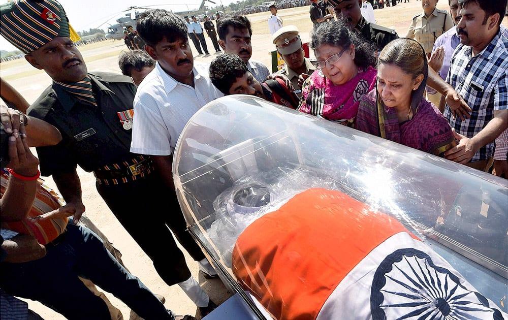 Family members of former President APJ Abdul Kalam wail near his body at Mandapam Helipad ground in Rameswaram.