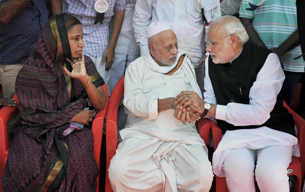 Prime Minister Narendra Modi offers condolences to family members of former President APJ Abdul Kalam.