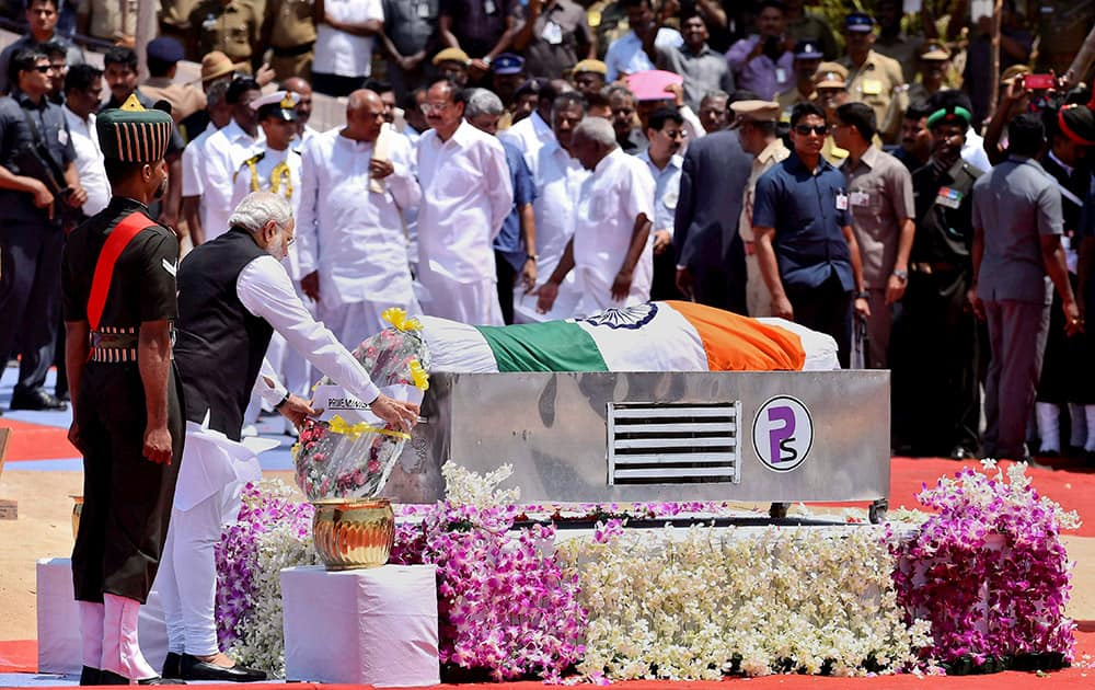 Prime Minister Narendra Modi lays a wreath near the mortal remains of former President A.P.J. Abdul Kalam during his funeral ceremony at the Pei Karumbu ground, in Rameswaram.