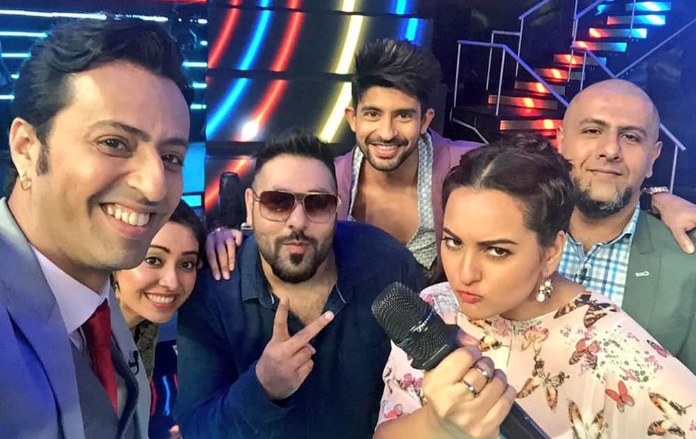 Sonakshi Sinha :- Dj wale babu #Badshah rocked it with us on idol tonight n another shocking elimination and this time im serious! -twitter