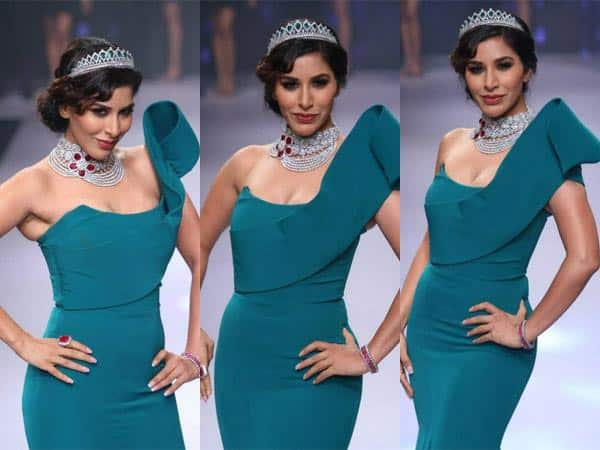 In stunning jewels by my friend Darshan @diosajewels & a gorgeous @gauriandnainika gown at #IIJW #IIJW2015 #Diosa ❤ - Twitter@Sophie_Choudry