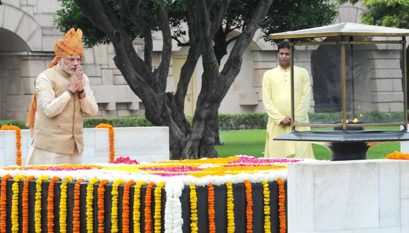 The Prime Minister, Shri Narendra Modi paying homage at the Samadhi of Mahatma Gandhi, at Rajghat, on the occasion of 69th Independence Day, in New Delhi. Pic Courtesy/PIB