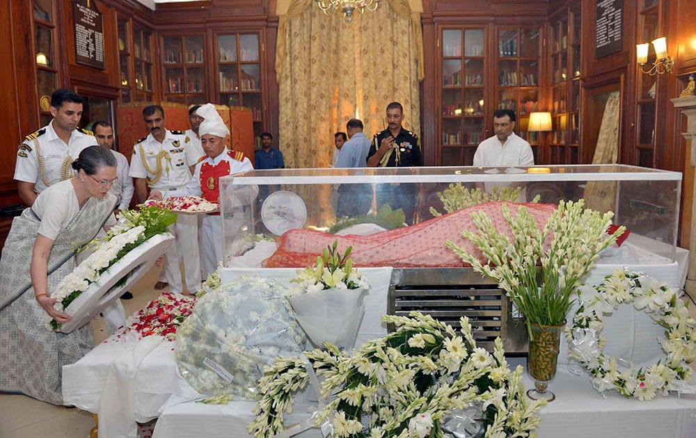Congress President Sonia Gandhi paying her last respects to the mortal remains of Suvra Mukherjee, First Lady at Rashtrapati Bhavan in New Delhi.