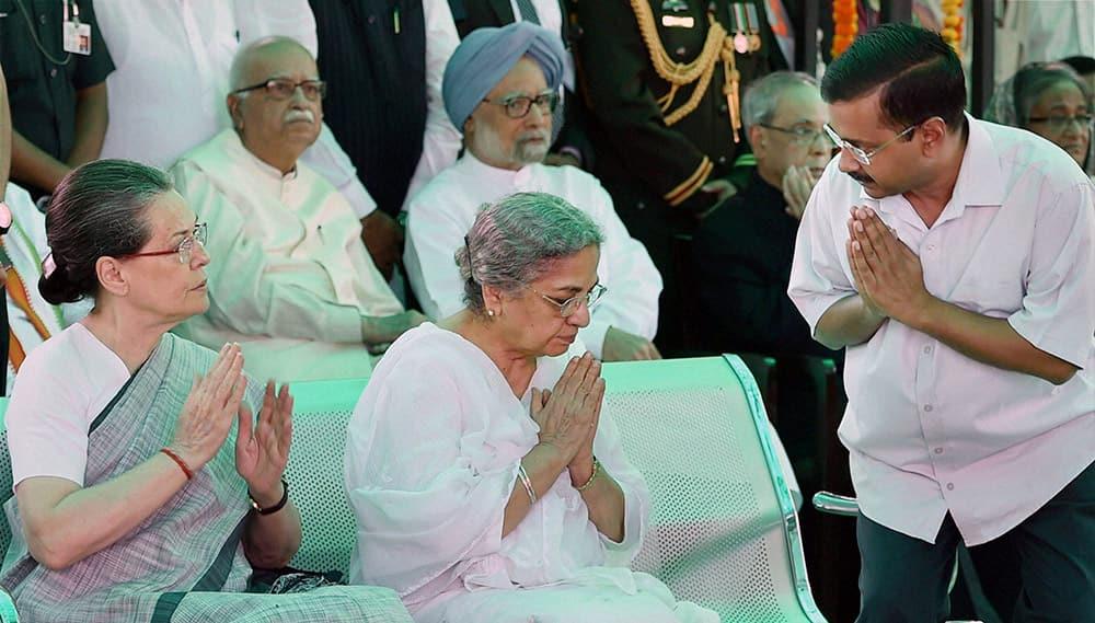 Former Prime Minister Manmohan Singh, BJP leader LK Advani, Congress President Sonia Gandhi, Gursharan Kaur and Delhi Chief Minister Arvind Kejriwal attending the cremation ceremony of First Lady Suvra Mukherjee at Lodhi Road Crematorium in New Delhi.