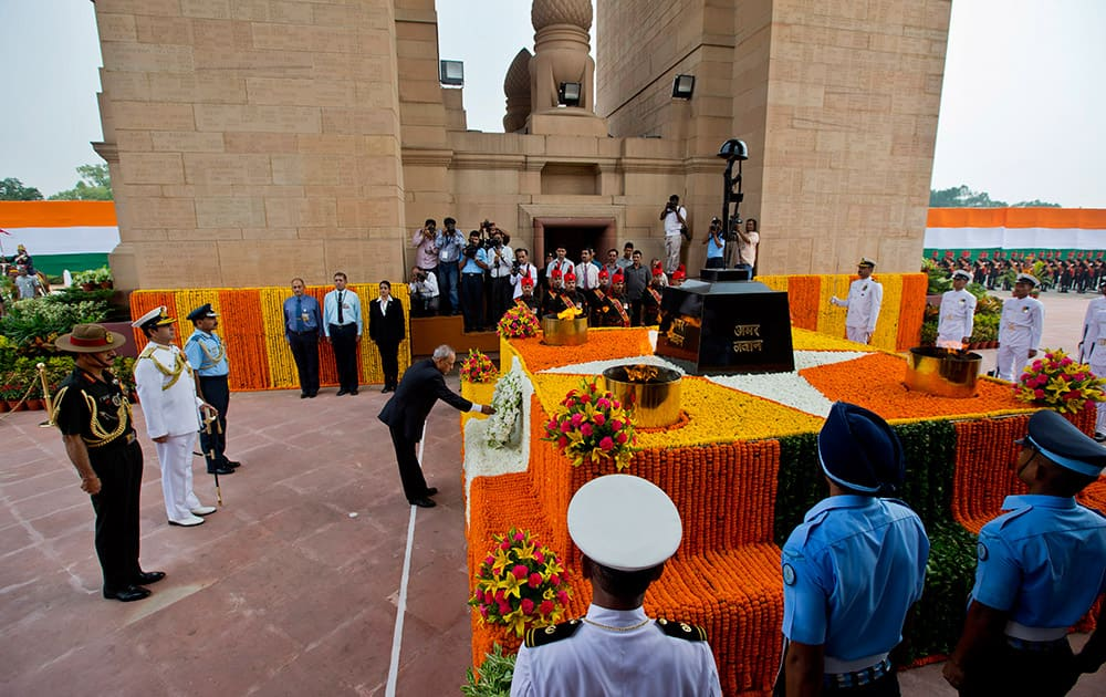 President Pranab Mukherjee offers his tribute to deceased soldiers on occasion of 50th anniversary of India's win over Pakistan in the war of 1965, at the India Gate war memorial in New Delhi.