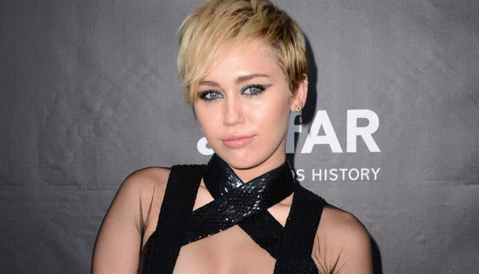 Miley Cyrus disguises as reporter