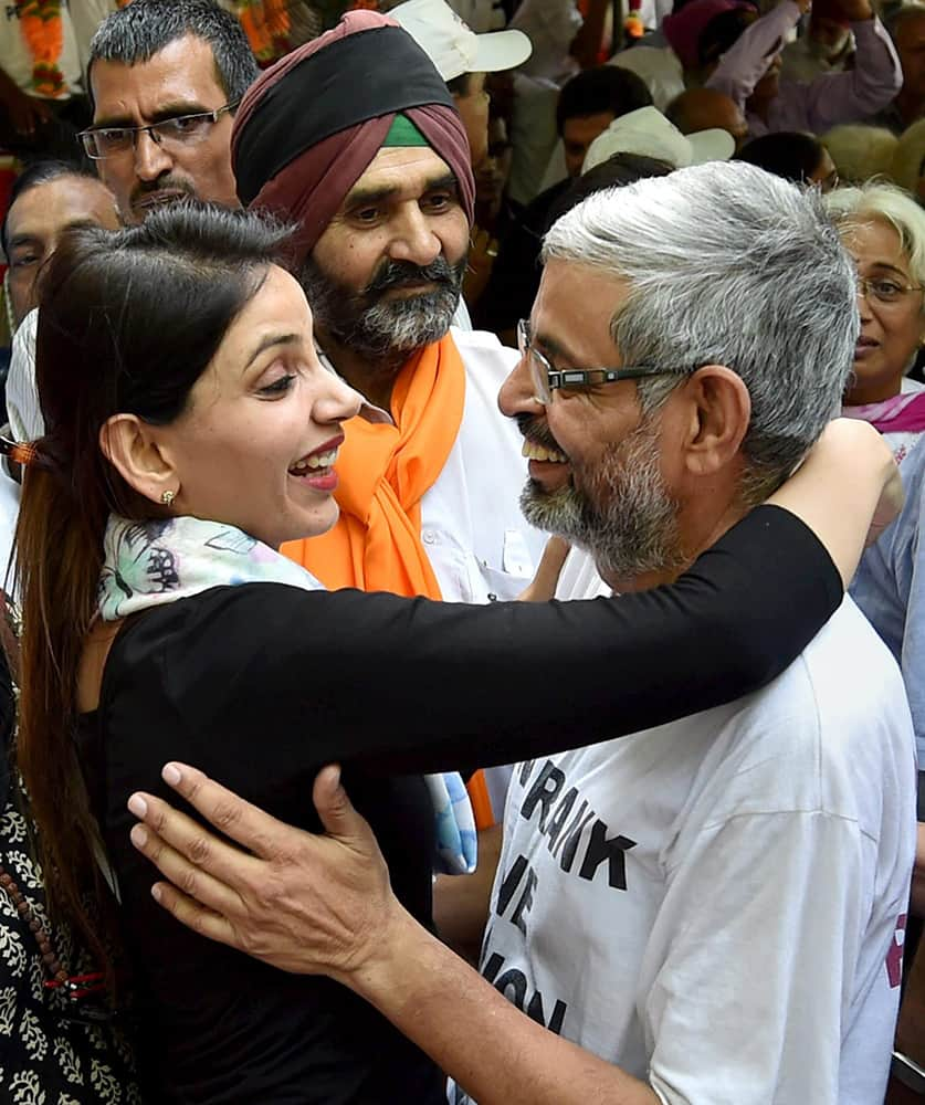 Colonel (Rtd.) Pushpendra Singh celebrates with his family member after breaking their fast to withdraw hunger strike following governments decision to implement One Rank One Pension (OROP) scheme, at Jantar Mantar in New Delhi.
