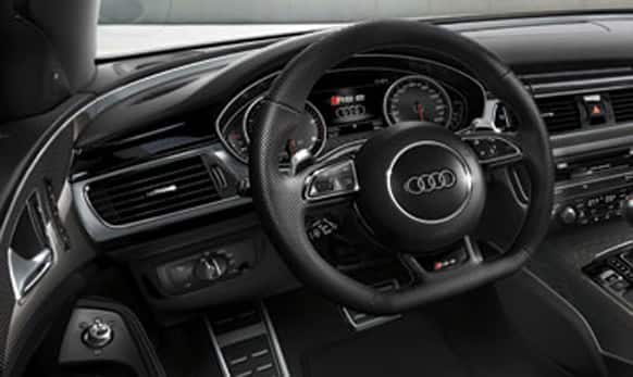 Leather steering wheel in 3-spoke design with shift paddles in aluminium look.