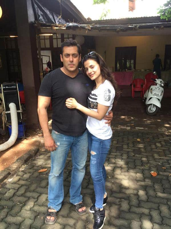 Lovely afternoon with darling @BeingSalmanKhan on sets of Prem Ratan dhan payo - Twitter@ameesha_patel