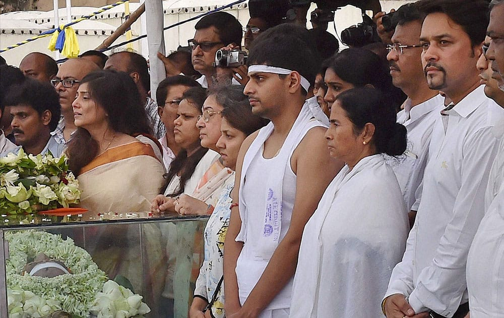 West Bengal Chief Minister Mamata Banerjee along with BCCI Secretary Anurag Thakur and family members of BCCI President Jagmohan Dalmiya near his mortal remains at CAB in Kolkata.