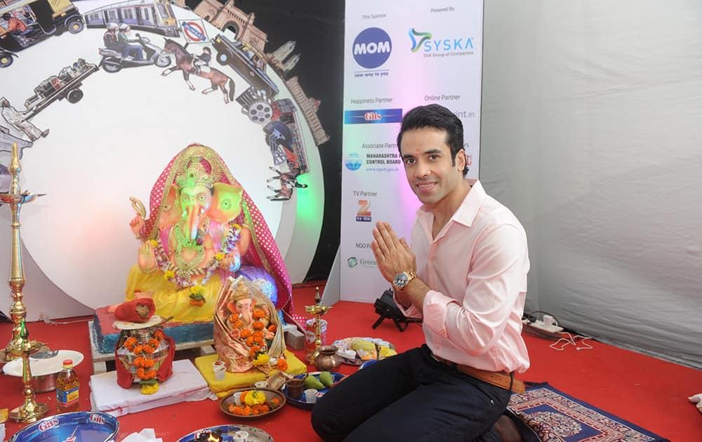 Tusshar Kapoor made an early morning visit to the dna ecoGanesha pandal at Fun Republic, Andheri. -dna