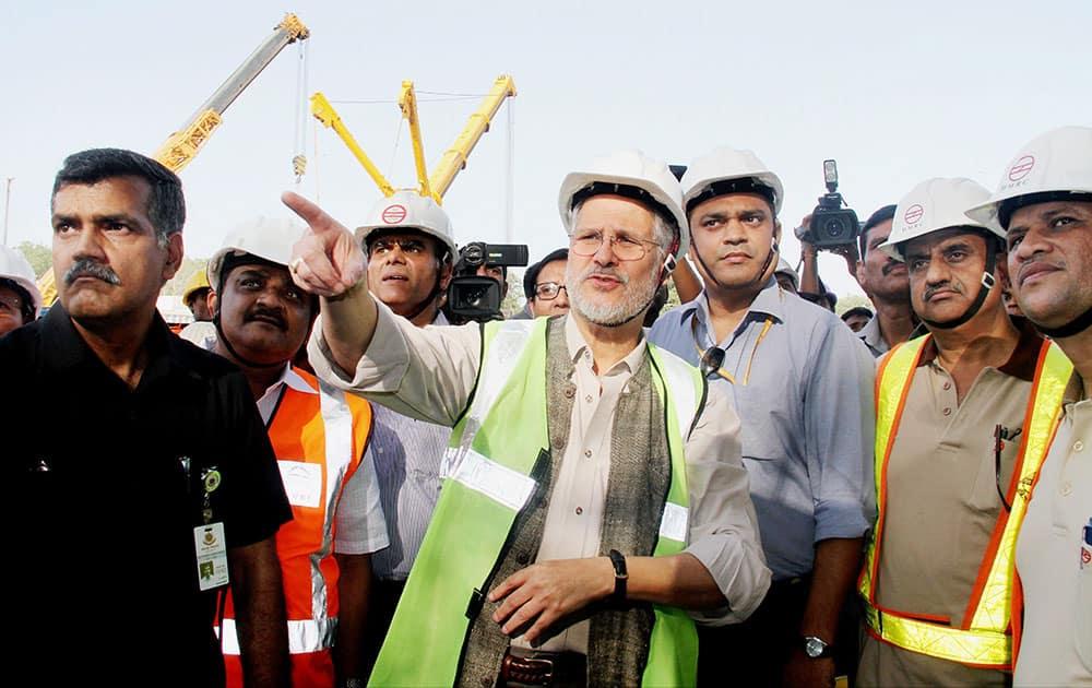 Lieutenant Governor of Delhi, Najeeb Jung check arrangements to tackle Dengue at Delhi Gate Metro station in New Delhi.