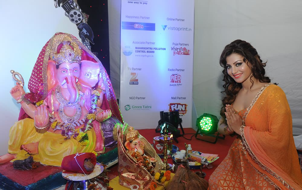 Urvashi Rautela participated in the aarti held at the dna ecoGanesha pandal at Fun Republic. DNA