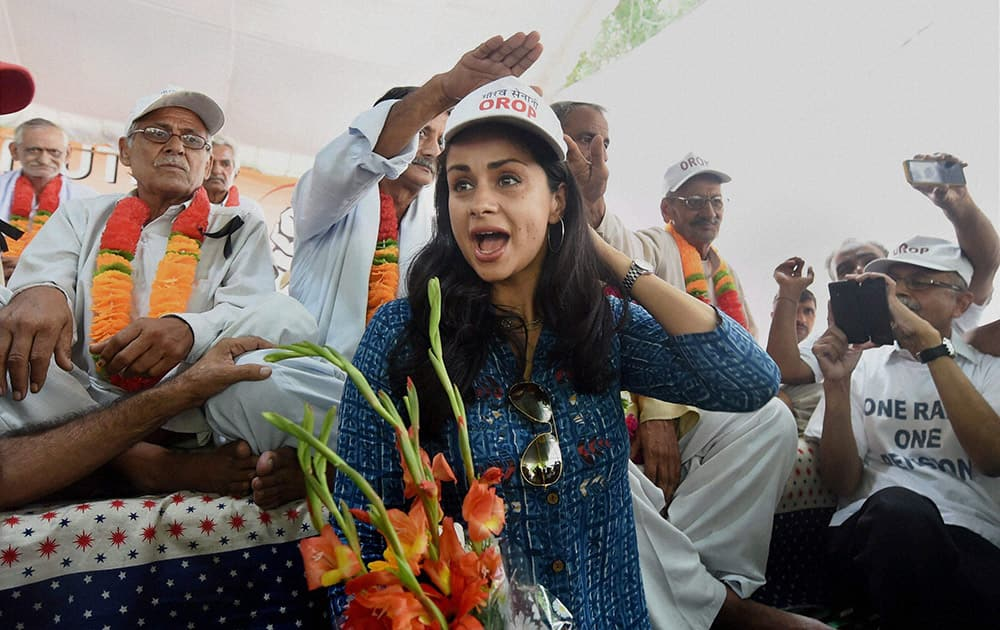 Bollywood actress Gul Panag showing her support to Ex-servicemen agitating for One Rank One Pension (OROP) at Jantar Mantar, in New Delhi.
