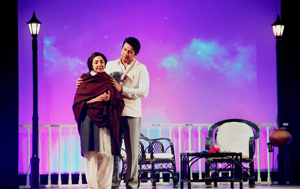 Actors Shekhar Suman and Deepti Naval essay the characters of poets Sahir Ludhianvi and Amrita Pritam in a play Ek Mulaqat that debuted for the first time in Delhi recently.
