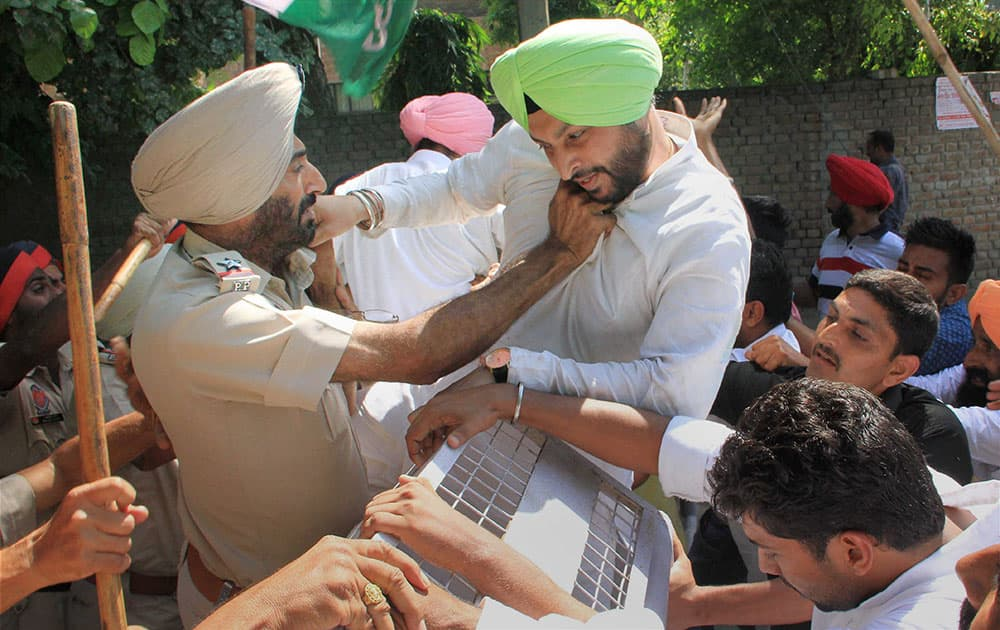 Congress MP Ravneet Bittu scuffles with a Police officer outside deputy commissioners office during protest against Punjab government on pesticide scam in Bathinda.