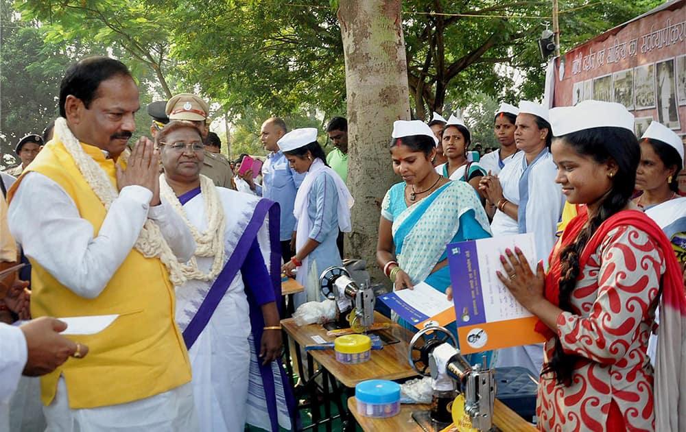 Jharkhand CM, Raghubar Das along with state governer, Draupadi Murmu during MK Gandhis birth anniversary celebrations at Gandhi memorial near Morhabadi grounds in Ranchi.