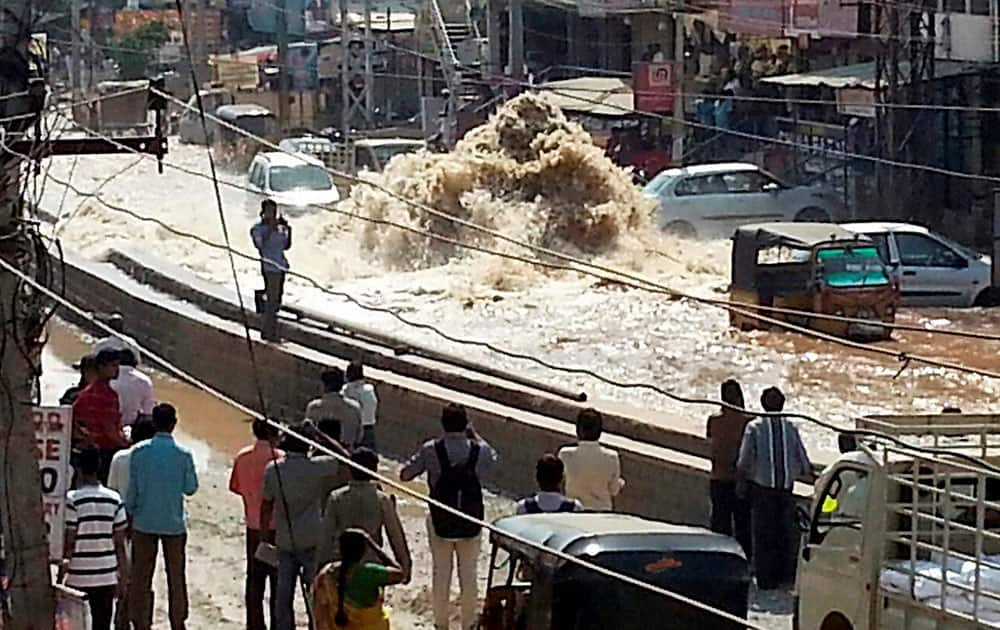 A water pipeline bursts in the Balapur area og Rangareddy.