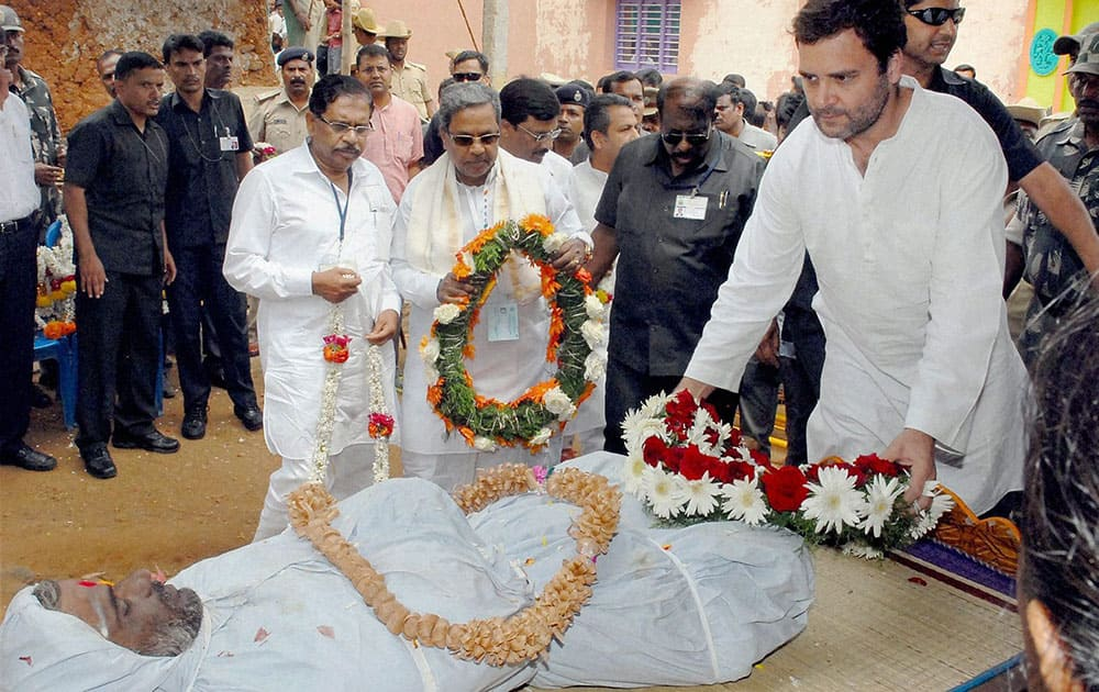 Congress Vice President Rahul Gandhi paying his respects to Lokesh, a farmer who committed suicide on Thursday due to crop failure, in Mandya district.