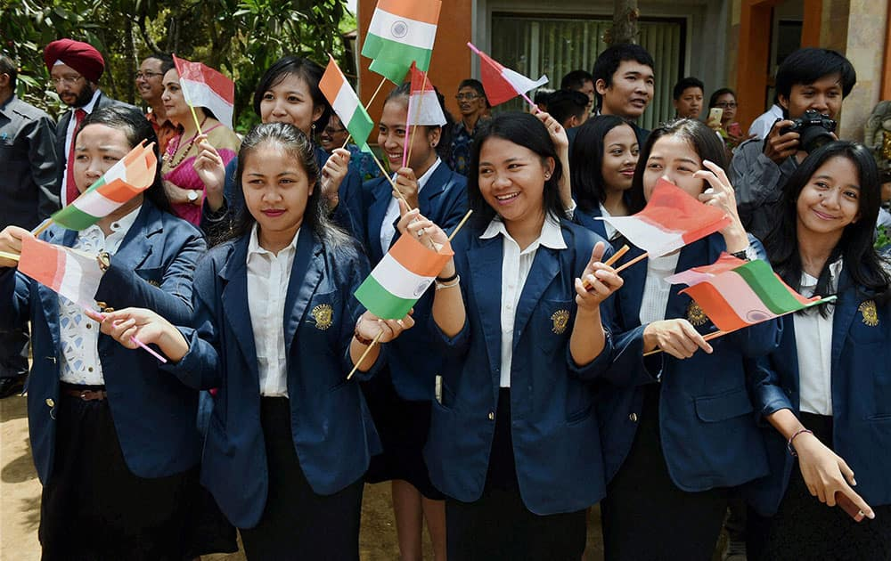 Students welcoming Vice President Hamid Ansari during his visit to Udayana University in Bali, Indonesia .