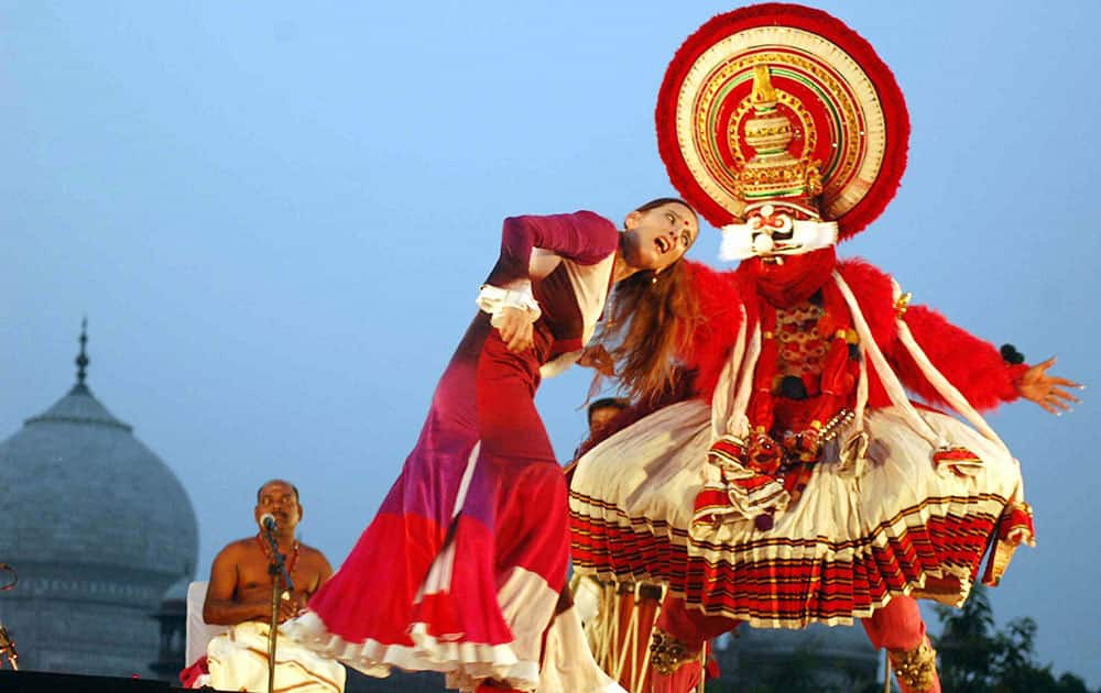 Kathakali dance with the incorporation of the Spanish Fusion Draupadi dance near Taj Mahal.