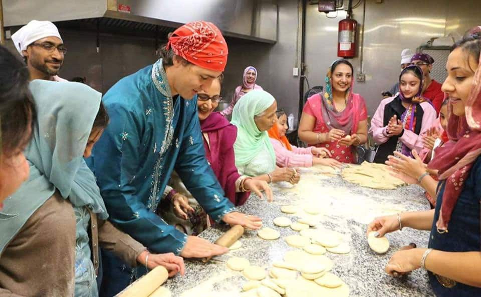 Kudos! PM of Canada @JustinTrudeau doing 'sewa' in 'langar' in Gurudwara in Canada. #Respect -twitter@ramindersays