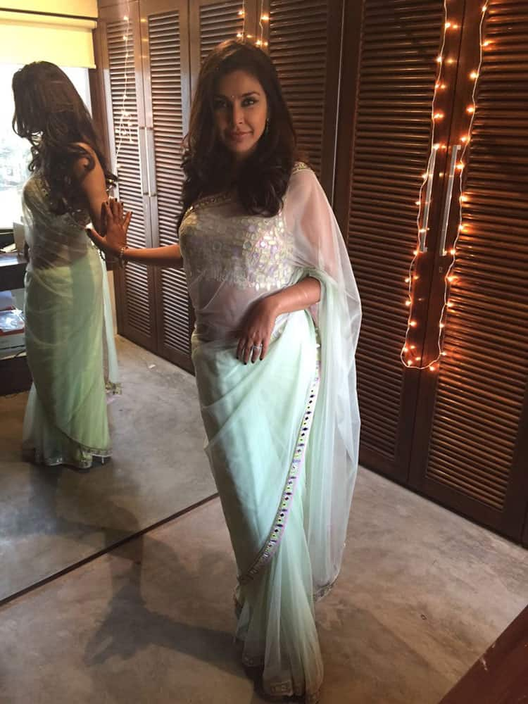 Lisa Ray :- It's that time of the year again...yes, when I string up lights in my closet. #Deepavali -twitter