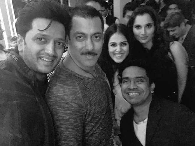 Riteish Deshmukh, Genelia D'Souza Deshmukh, Sania Mirza and script writer Mushtaq Sheikh take a selfie with Salman. -twitter